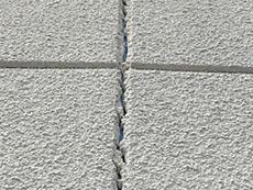 長岡京市の屋根外壁塗装リフォーム。リフォーム前の外壁です。目地が割れています。