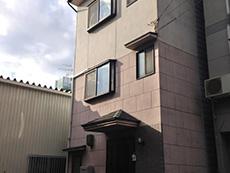 西京区の外壁・屋根塗装リフォーム。上はモカベージュ、下は赤めのレンガ系の外壁。茶系のツートンカラーの3階建てです。