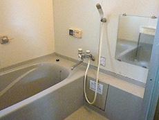 大山崎町のお風呂浴室リフォーム。リフォーム前の浴室です。とてもキレイにお使いでしたが、18年経っているのでカビが取れなかったり塗装がめくれたりしていて、交換の時期かなと感じられます。