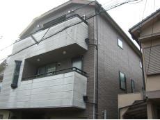 大山崎町で外壁塗装リフォーム。外壁塗装リフォームをする前のお住まいです。外壁の白い部分の汚れが特に目立っています。