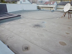 大山崎町の屋上防水リフォーム。見た目はキレイな屋上ですが、防水層が切れていて、役目を果たしていませんでした。