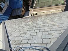 長岡京市の屋根外壁塗装リフォーム。塗装前の築19年の屋根。劣化して白っぽく色褪せています。