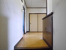 大山崎町の円団団地中古リノベーション。リフォーム前の玄関です。