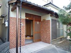 長岡京市の中古住宅リノベーション。リフォーム前の住宅の玄関口。