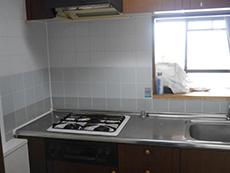 ライオンホームでキッチンリフォーム。リフォーム前の木目がキレイな濃い茶色の扉のキッチンでした。
