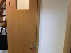 長岡京市のライオンホームでトイレリフォーム。トイレの入口ドアです。