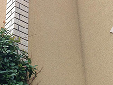 長岡京市の外壁塗装リフォーム。リフォーム前の外壁です。縦に長いひび割れがあります。