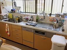 ライオンホームでキッチンリフォーム。トクラスのオレンジ色のキッチンです。天板だけを交換したいというご希望です。