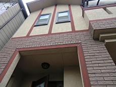 長岡京市の屋根外壁塗装リフォーム。リフォーム前の玄関上の外壁。赤茶色で塗られた木のアクセントボーダーの色褪せが目立ちます。