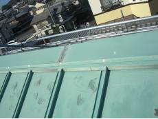 大山崎町で外壁塗装リフォーム。板金の瓦棒葺き屋根です。12年経っているので色が抜けています。