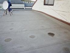 大山崎町の屋上防水リフォーム。リフォーム前の屋上です。施工10年程の防水シートの内部に、雨水が溜まっていました。