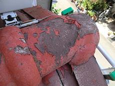 長岡京市の外壁屋根塗装リフォーム。塗料がはがれた赤い屋根瓦の一部です。