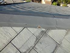 長岡京市の屋根外壁塗装リフォーム。リフォーム前の屋根の棟の板金は、錆びているところもありました。