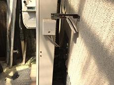 向日市で給湯器交換リフォーム。交換前の給湯器の側面です。