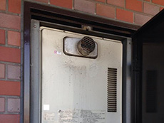 向日市で給湯器交換リフォーム。1988年製の給湯器でした。こんなに長持ちした給湯器を見たのは初めてです。