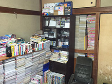 ライオンホームでリノベーション。リフォーム前の和室。黒い本棚の中にも部屋にも本はびっしり積み上げられています。この本を全て収納出来る部屋にリノベーションします。