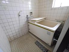 長岡京市の中古マンションリノベーション。リフォーム前のお風呂です。