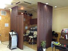 ライオンホームの店舗改装リフォーム。洗髪台の下は、2色使いのタイルでした。