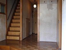 長岡京市の中古住宅リフォーム。リフォーム前の玄関を入ったところ。すぐ階段があります。