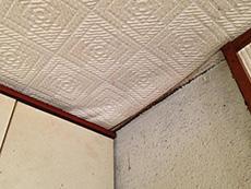 長岡京市のキッチンリフォーム。キッチンの天井はクロスがめくれかかっていました。