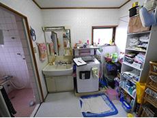 長岡京市のお風呂浴室リフォーム。リフォーム前の洗面室。広さがあります。