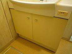 ライオンホームの洗面台リフォーム。古い洗面台の下は、開き扉でした。たくさん入るようでも、上手に収納するのが難しいです。