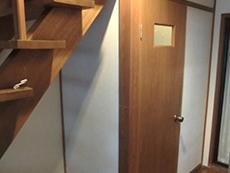 長岡京市のライオンホームでトイレリフォーム。階段下横にトイレがあります。階段下にスペースがあるのでこの空間を利用してトイレを広げます。