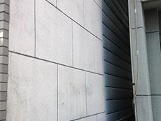 西京区の外壁、屋根塗装リフォーム。外壁の深いひび割れを放っておくと雨漏りにつながるので注意です。