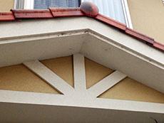 長岡京市の外壁塗装リフォーム。リフォーム前の玄関前の小屋根。