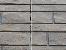 長岡京市の屋根外壁塗装リフォーム。外壁サイディングの目地が割れています。