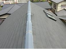 長岡京市の屋根外壁塗装リフォーム。塗装前のカラーベストの屋根です。 新築から10年経ち、色落ちして白っぽい屋根になっています。