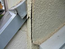 向日市の外壁塗装リフォーム。外壁の角がひび割れています。細かなひび割れもありました。