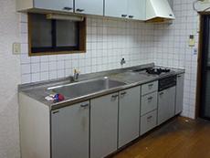 大山崎町のキッチン浴室水廻りリフォーム。リフォーム前のキッチンです。18年お使いですが、ガスコンロだけは一度交換されたそう。