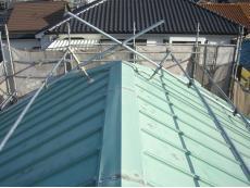 大山崎町で外壁リフォーム。大屋根の写真です。退色したこの状態を長く放置していると、錆びの原因となります。