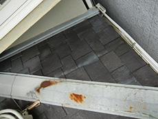 向日市の屋根塗装リフォーム。屋根の板金は鉄板でカバーされています。錆びているのがわかります。