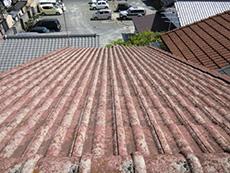長岡京市の外壁屋根塗装リフォーム。塗装前の赤いモニエル瓦という種類の屋根です。色褪せて白っぽくなっています。すでに撥水効果が切れていました。