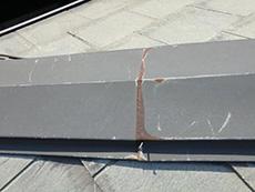 長岡京市の屋根外壁塗装リフォーム。錆びている屋根棟の板金。