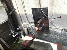 向日市で給湯器交換リフォーム。古い給湯器を取り外したところです。