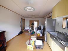 向日市で中古住宅を購入しリノベーション。リフォーム前のリビングダイニングキッチンです。その奥に和室があります。