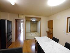 大山崎町のリビングリノベーション。リフォーム前のダイニングキッチンです。奥に和室が続いています。