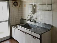 長岡京市の中古マンションリノベーション。リフォーム前のキッチンです。
