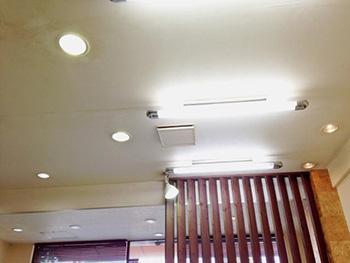 ライオンホームの店舗改装リフォーム。天井の白いクロスが変色しています。