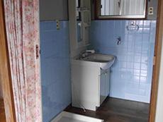 長岡京市の中古住宅リフォーム。リフォーム前の洗面室。壁が水色のタイル張りです。