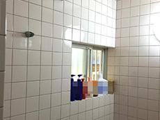 長岡京市のお風呂浴室リフォーム。リフォーム前の浴室。壁もすべてタイル張りです。