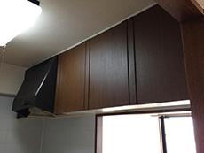 ライオンホームでキッチンリフォーム。木目のキレイな濃い茶色のキッチン上収納棚です。