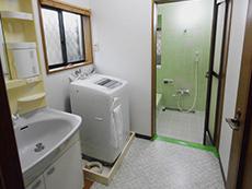 長岡京市の浴室キッチントイレ洗面リフォーム。リフォーム前のお風呂場前、洗面室です。