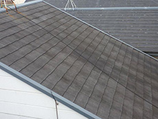 長岡京市の外壁屋根塗装リフォーム、塗装前の屋根です。カラーベストはすでに退色していて、雨を弾く力が無くなって来ているようです。