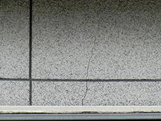 長岡京市の外壁塗装とバルコニー増築リフォーム。リフォーム前の窓サッシの上部分にもひび割れがありました。