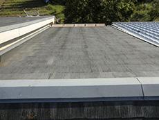 長岡京市の屋根外壁塗装リフォーム。リフォーム前のカラーベストの屋根です。劣化して色褪せています。