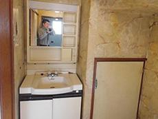 長岡京市のキッチンリフォーム。古い洗面台です。